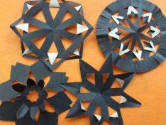 Черно-белые снежинки из бумаги