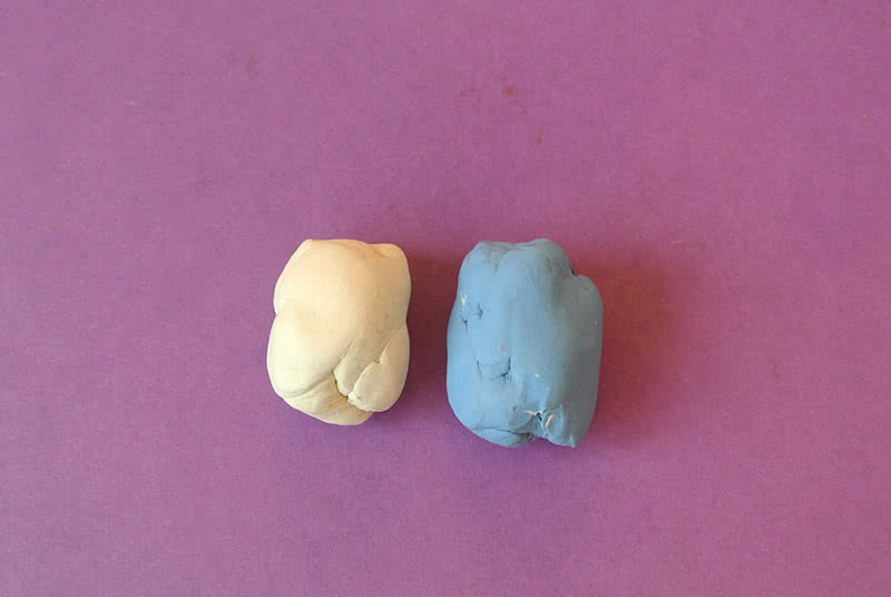 Белый и голубой пластилин