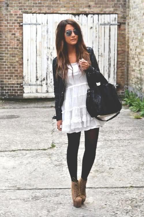 Белое летнее платье и черные легинсы