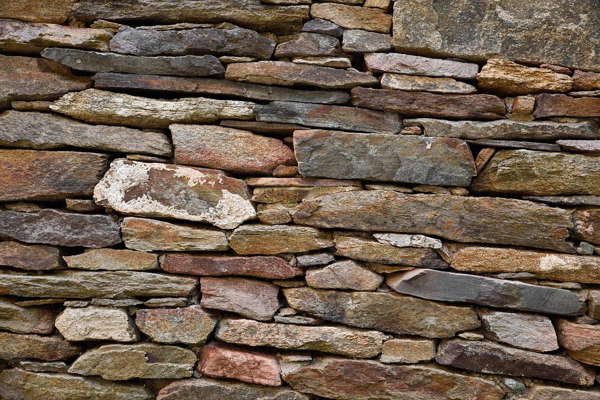 Натуральный камень в отделке фасада дома