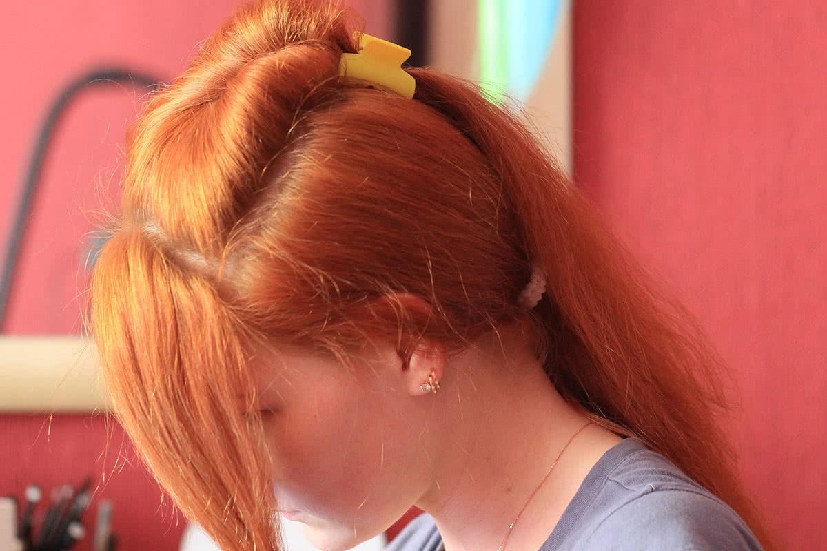 Выделить переднюю прядь волос