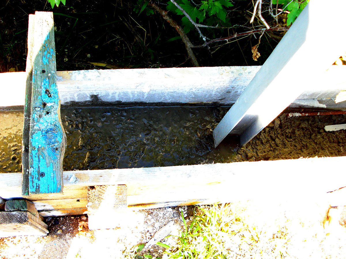 Заливка бетона в опалубку забора