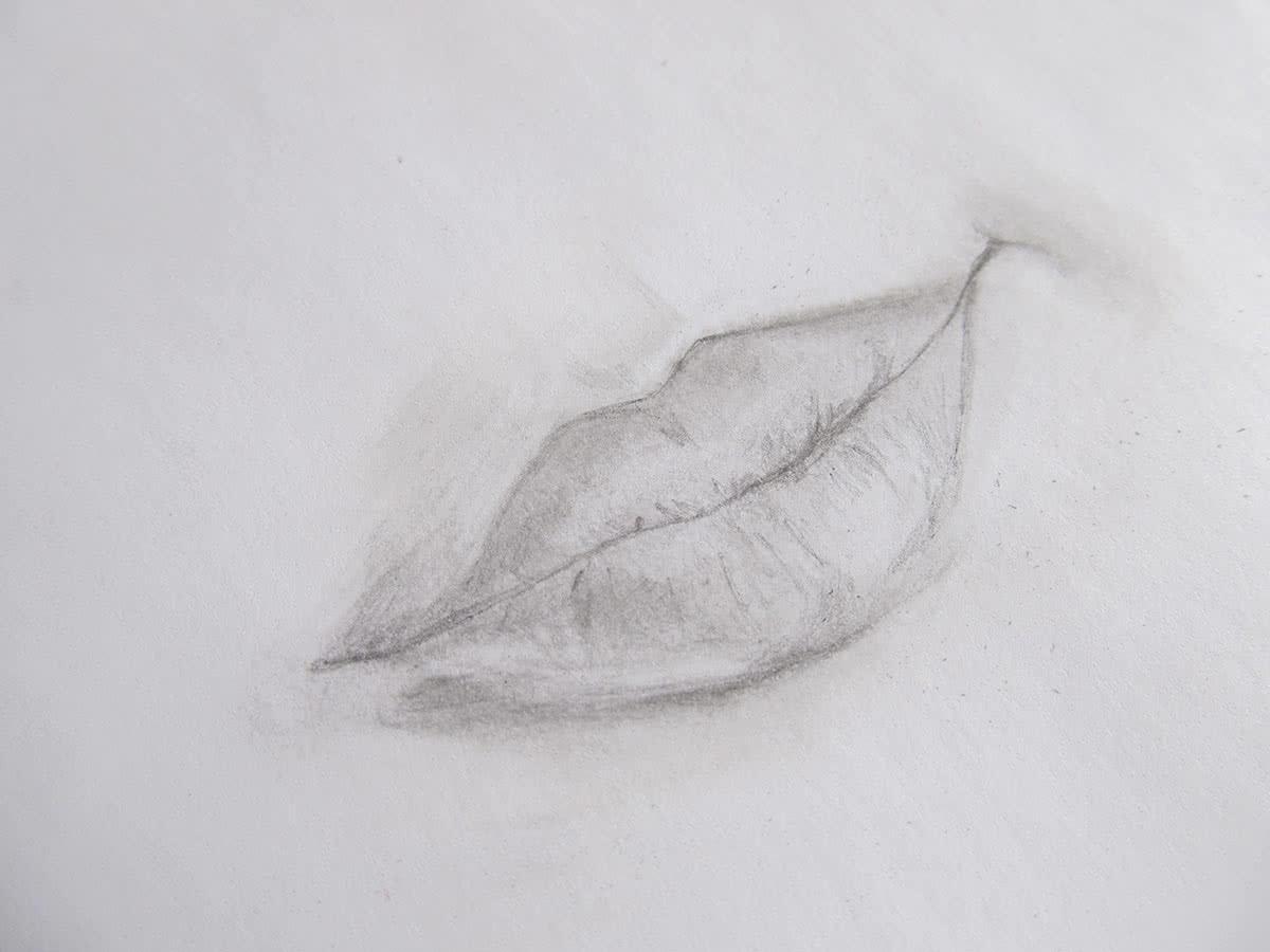 Нарисовать губы на бумаге