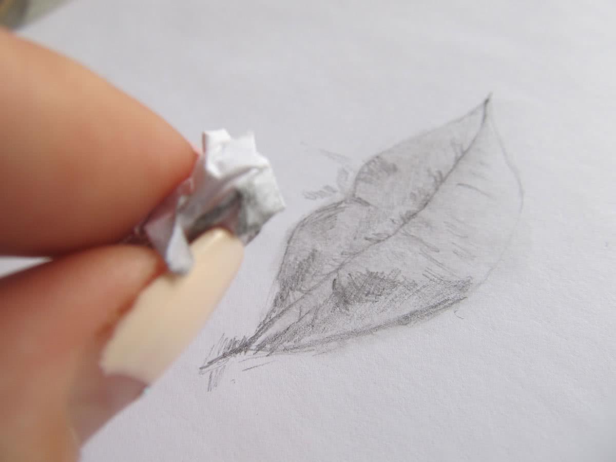 рисунок губ на бумаге