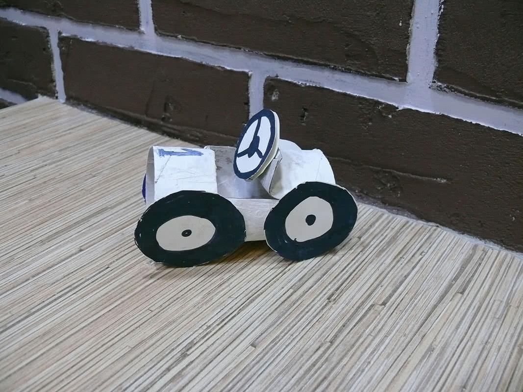 Машина из втулки от туалетной бумаги