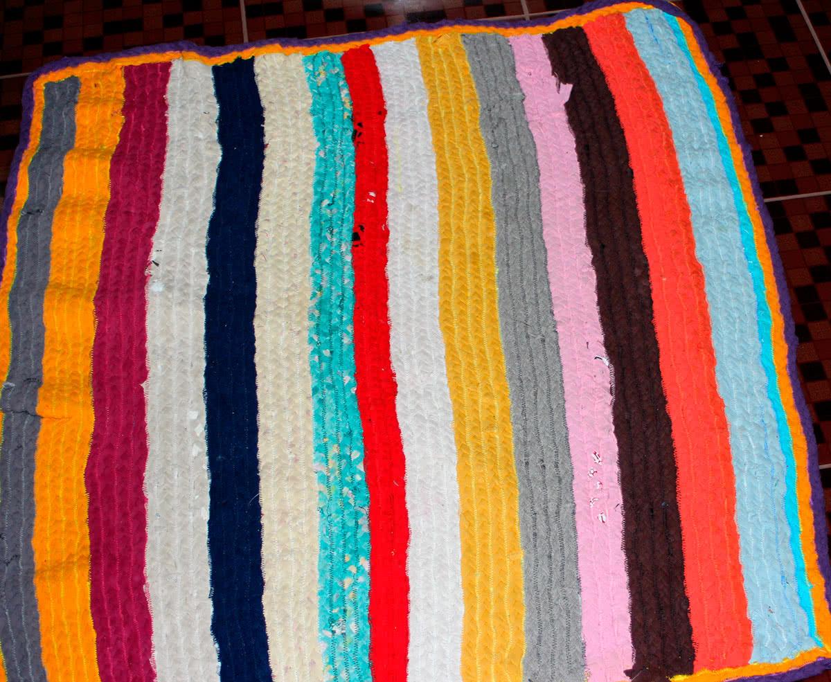 12 необычных идей как сделать коврики из старых вещей 33