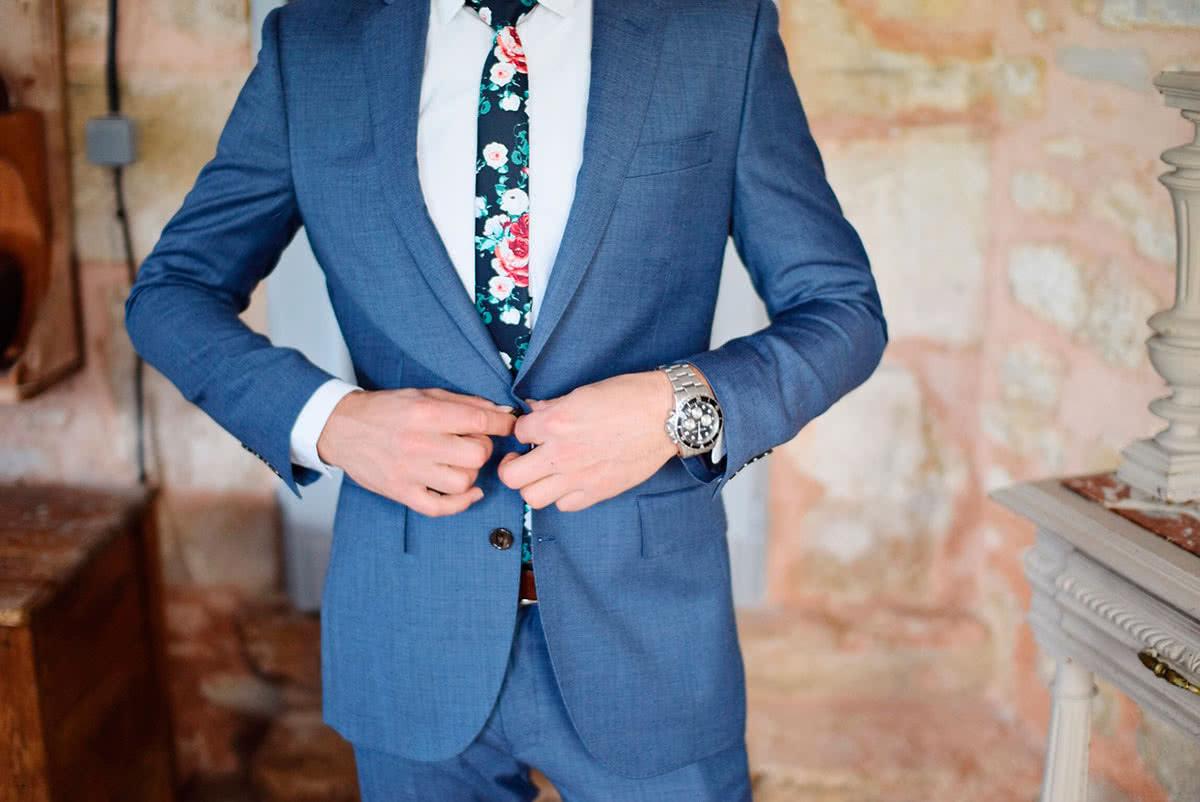 Синий костюм жениха