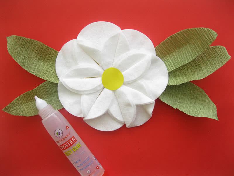 Собираем цветок из ватных дисков и гофрированной бумаги