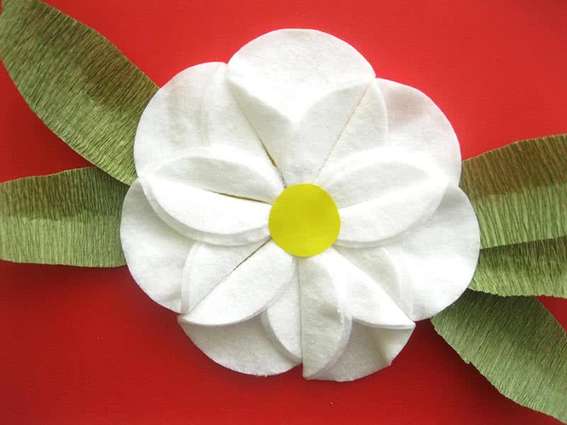 Цветок из ватных дисков готов