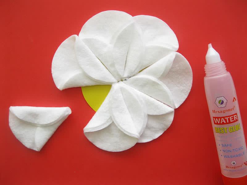 Клеим цветок из ватных дисков