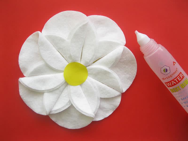 Оформление цветка из ватных дисков