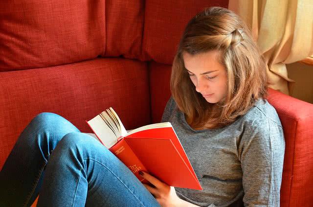 Девушка и книга