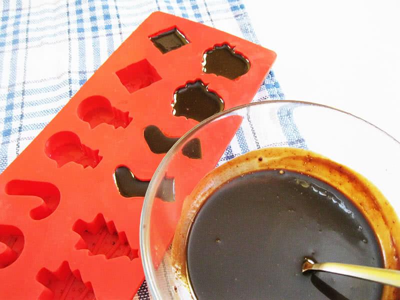 Растапливаем шоколад, добавляем ванилин и разливаем в формочки