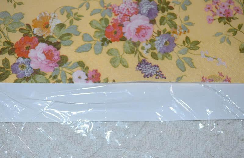 2. На лист основы укладываем плёнку. Сверху располагаем салфетку.