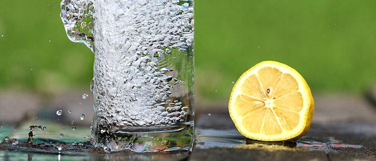 Стакан воды утром натощак: польза и вред