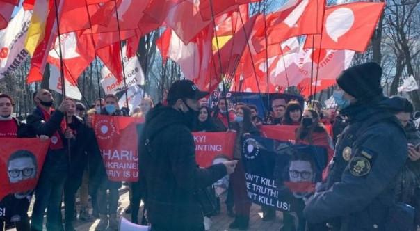 Журналисты «каналов Медведчука» и сторонники Шария утроили акцию протеста под Мариинским дворцом, где Зеленский встречался с главой Евросовета