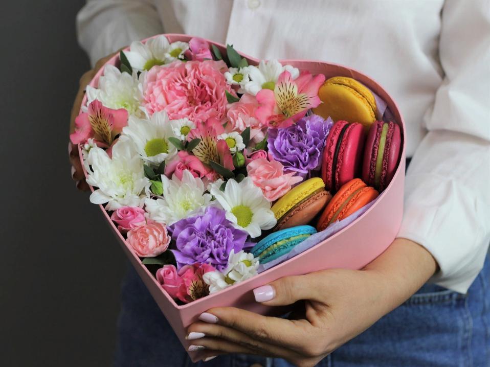 Цветы в необычном формате: букеты в вазах, корзинах и шляпных коробках