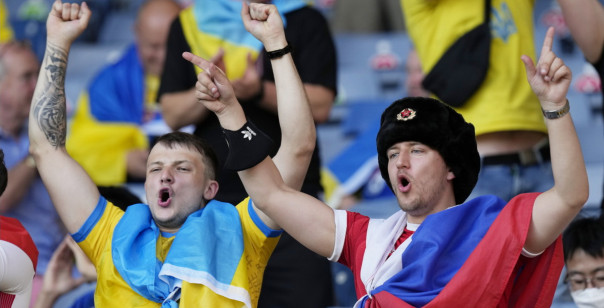 Почему русскому позорно болеть под флагом Украины
